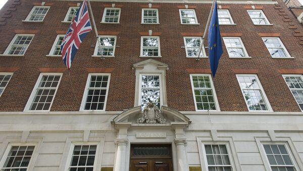 Британский флаг и флаг Евросоюза на здании Дома Европы в преддверии референдума по вопросу о сохранении членства Великобритании в ЕС