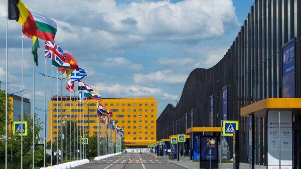 Флаги стран-участниц у здания конгрессно-выставочного комплекса ЭкспоФорум