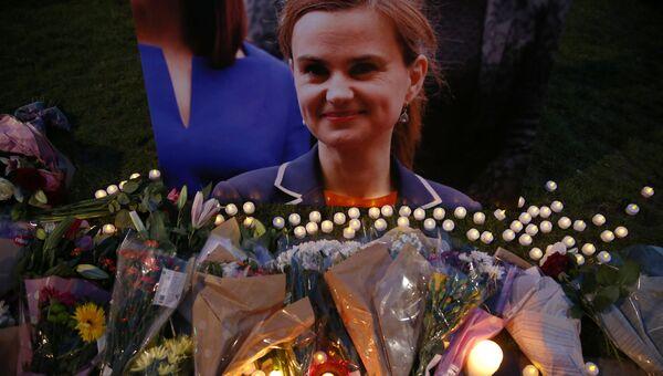 Цветы в память о погибшем депутате Джо Кокс на площади Парламента в Лондоне. 16 июня 2016.