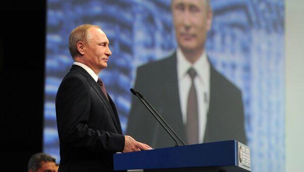 Президент России Владимир Путин выступает на пленарном заседании На пороге новой экономической реальности XX Петербургского международного экономического форума в Санкт-Петербурге