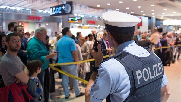 Сотрудник правоохранительных оганов Германии в аэропорту Кельна. Архивное фото