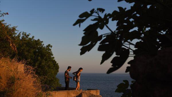 Молодые люди на берегу моря в Анталье. Архивное фото
