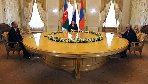 20 июня 2016. Президент России Владимир Путин (в центре), президент Азербайджана Ильхам Алиев (слева) и президент Армении Серж Саргсян во время встречи в Санкт-Петербурге. Архивное фото