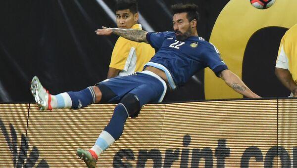 Игрок сборной Аргентины по футболу Эсекьель Лавесси во время матча против сборной США в полуфинале Кубка Америки. 21 июня 2016