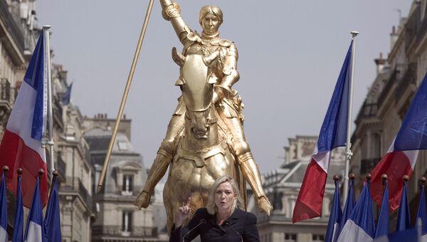 Лидер политической партии Национальный фронт Марин Ле Пен выступает у статуи Жанны д'Арк в Париже, Франция. Архивное фото