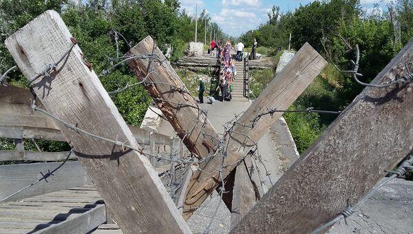 Единственный официальный пункт пропуска между украинской территорией и ЛНР близ Станицы Луганской. Архивное фото