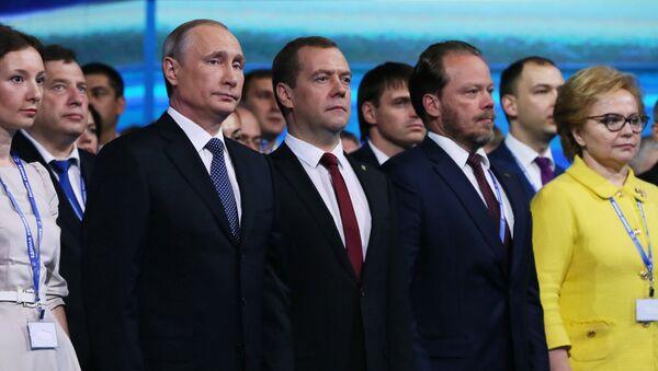 Владимир Путин и председатель правительства РФ Дмитрий Медведев на XV съезде партии Единая Россия. 27 июня 2016