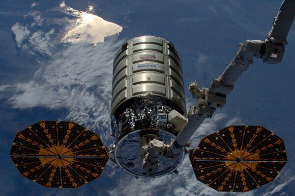 Космический грузовой корабль Cygnus американской компании Orbital ATK покидает Международную космическую станцию. 14 июня 2016