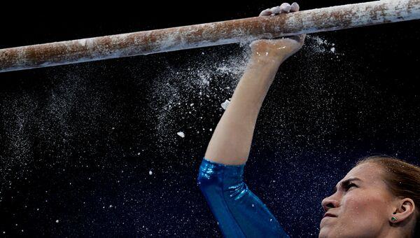 Ксения Афанасьева готовит брусья перед выполнением упражнений на чемпионате Европы по спортивной гимнастике в Берне. Архивное фото