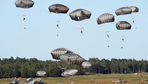 Десантирование американских солдат во время учений НАТО. Архивное фото