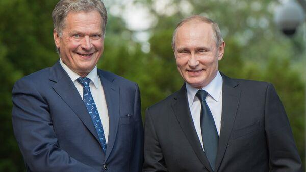 Президент РФ Владимир Путин и президент Финляндской Республики Саули Ниинистё во время встречи в Наантали. 1 июля 2016