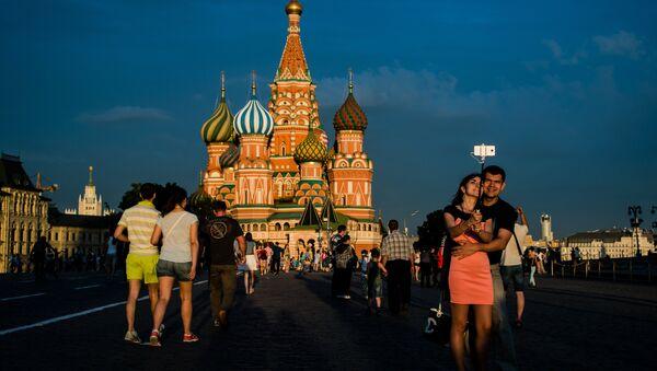 Горожане и туристы на Красной площади в Москве. Архивное Фото.
