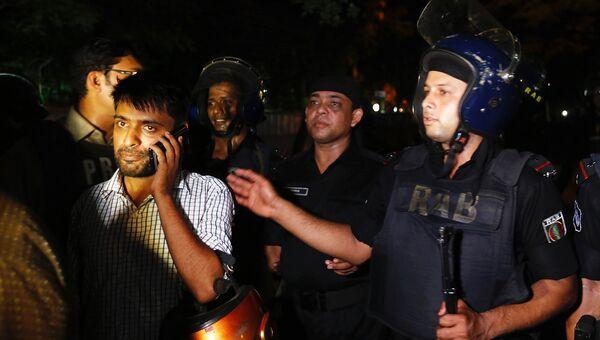 Полиция Бангладеш возле ресторана, где люди держат заложников