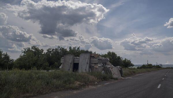 Брошенный блок-пост на дороге Донецк - Горловка. Архивное фото