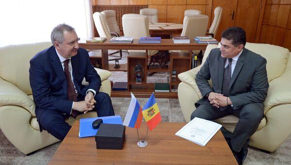 Дмитрий Рогозин и министр экономики Молдавии Октавиан Калмык во время встречи в Кишеневе. 5 июля 2016