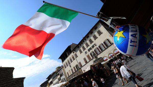 Итальянский флаг на улице во Флоренции. Архивное фото