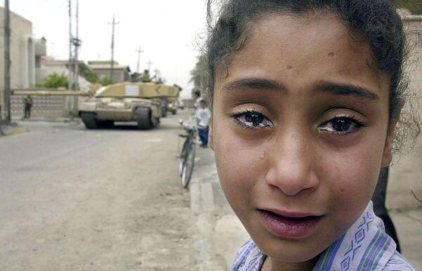 Иракская девочка на улице Басры занятой британскими войсками
