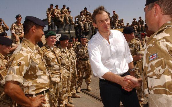 Премьер-министр Великобритании Тони Блэр во время посещения британских военных на юге Ирака, 2003 год