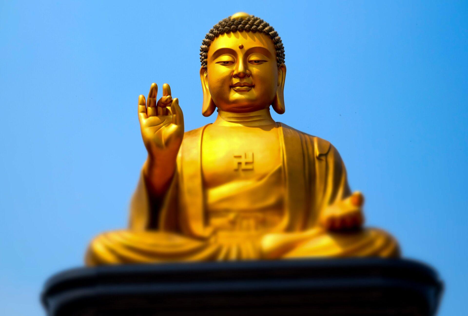 Позолоченная статуя Будды на территории монастыря Фо Гуан Сан в городе Гаосюн - ПРОФИ Новости, 1920, 13.09.2021