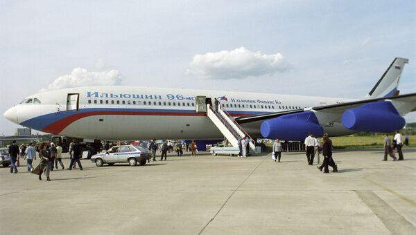Пассажирский дальнемагистральный самолет Ил-96-400 на 6-м Международном авиакосмическом салоне МАКС-2003. Архивное фото