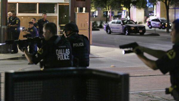 Полицейские во время операции по задержанию подозреваемых в стрельбе в Далласе