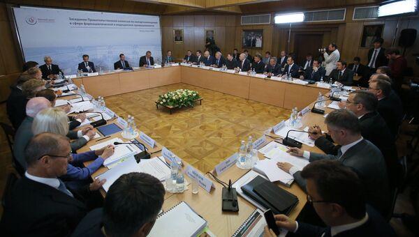 Премьер-министр РФ Д. Медведев на заседании правительственной комиссии по импортозамещению. 8 июля 2016