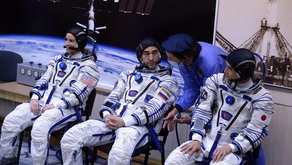 Члены основного экипажа 48/49-й экспедиции на Международную космическую станцию астронавт НАСА Кэтлин Рубинс, космонавт Роскосмоса Анатолий Иванишин и японский астронавт Ониши Такуя (ДжАКСА) перед пуском ракеты-носителя. Архивное фото