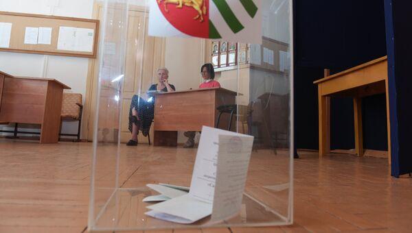 Урна с бюллетенями на избирательном участке референдума о досрочных выборах президента Абхазии
