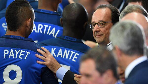 Президент Франции Франсуа Олланд и игроки сборной Франции на Евро-2016