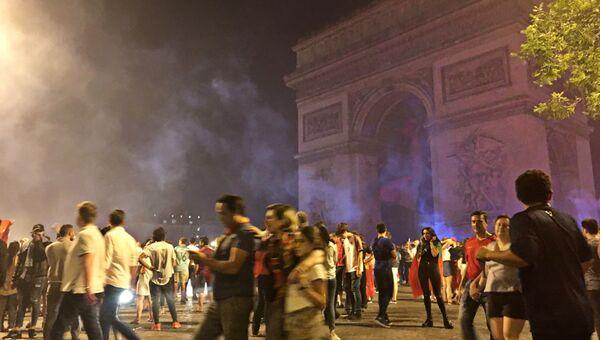 Болельщики на площади Шарля де Голля в Париже после победы Португалии