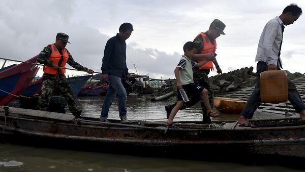 Эвакуация местных жителей из районов, пострадавших от тайфуна Непартак на востоке Китая