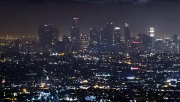 На фоне Лос-Анджелеса