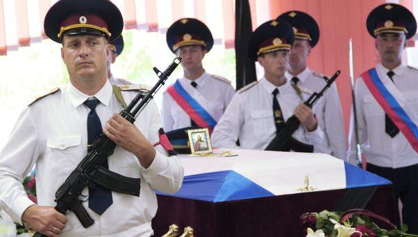 Прощание с погибшим в Сирии российским военным летчиком Евгением Долгиным