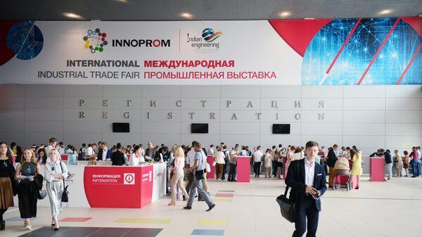 Посетители на Международной выставке Иннопром в Екатеринбурге. Архивное фото