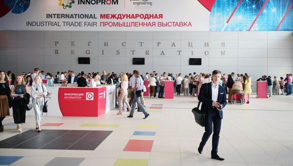 Посетители на Международной выставке Иннопром-2016 в Екатеринбурге