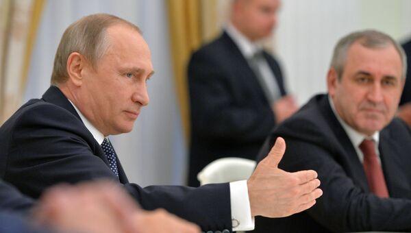 Президент РФ Владимир Путин во время встречи в Кремле с руководителями фракций Государственной Думы РФ