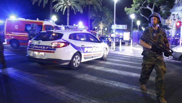Полиция, скорая помощь и спасатели на месте теракта в Ницце, Франция. 14 июля 2016.