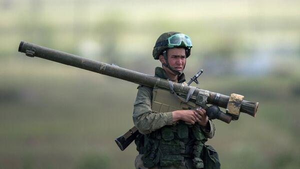 Военнослужащий с РПГ во время тактических учений на высокогорном полигоне Алагяз российской военной базы Южного военного округа, дислоцирующейся в Армении. Архивное фото