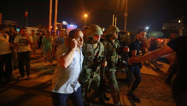 Солдаты и гражданские на улице в Стамбуле. 16 июля 2016