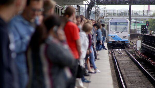 Пассажиры на платформе станции метро Выхино Таганско-Краснопресненской линии, где из-за пожара было приостановлено движение поездов