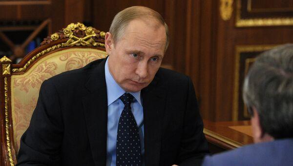 Президент России Владимир Путин во время встречи в Кремле с губернатором Новосибирской области Владимиром Городецким. 18 июля 2016