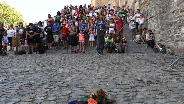 Участники минуты молчания по жертвам теракта в Ницце в городе Авиньоне