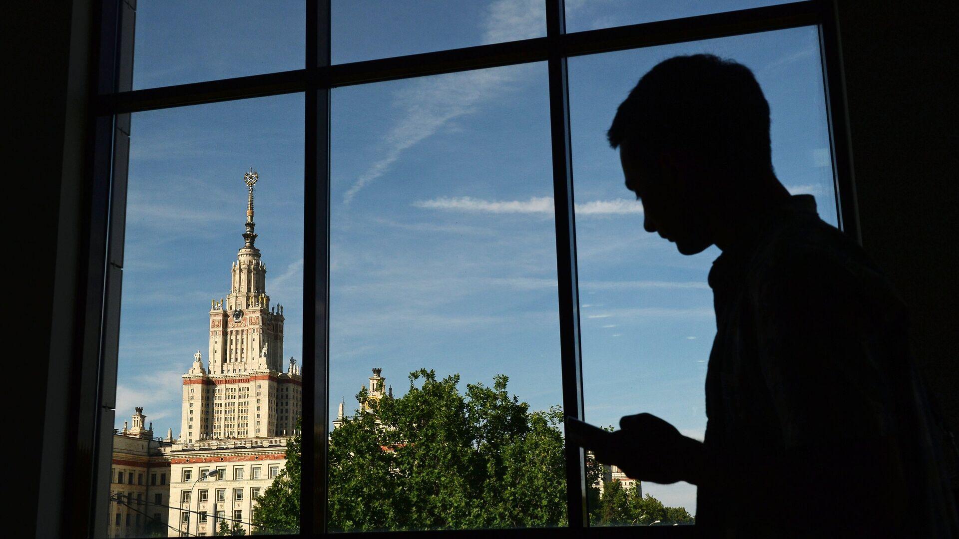 Вид на здание Московского государственного университета имени М.В. Ломоносова из ломоносовского корпуса - РИА Новости, 1920, 27.05.2021