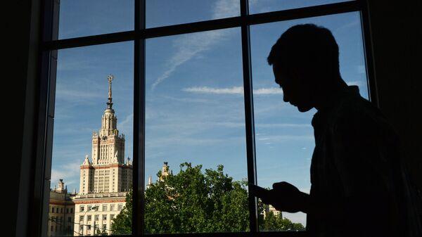 Вид на здание Московского государственного университета имени М.В. Ломоносова. Архивное фото