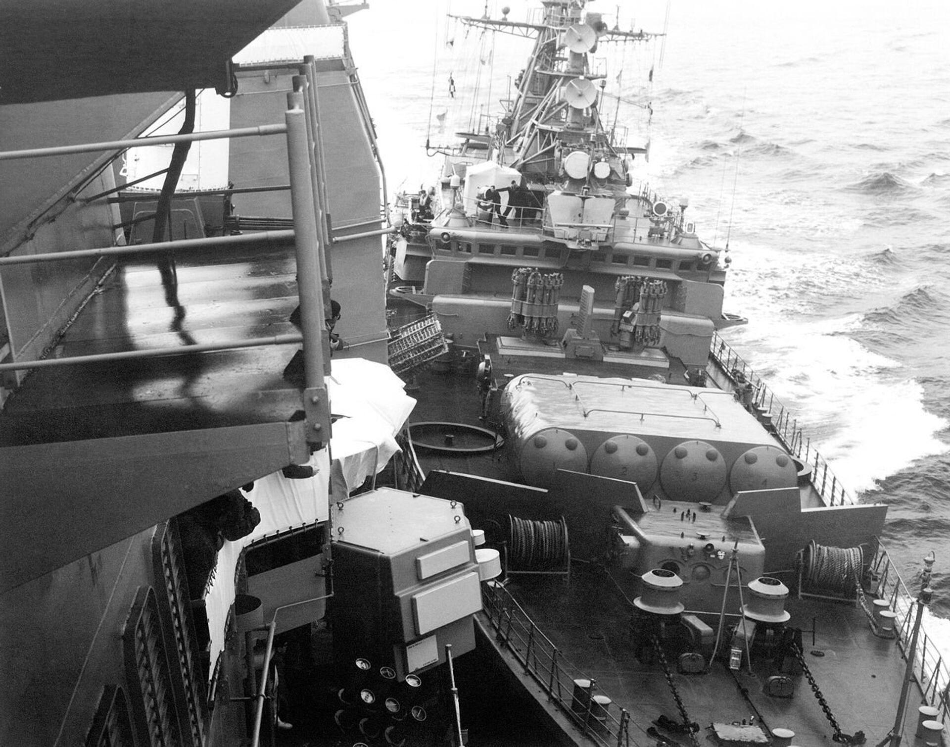 Сторожевой корабль Черноморского флота Беззаветный таранит американский ракетный крейсер Йорктаун . 12 февраля 1988 года - РИА Новости, 1920, 23.06.2021