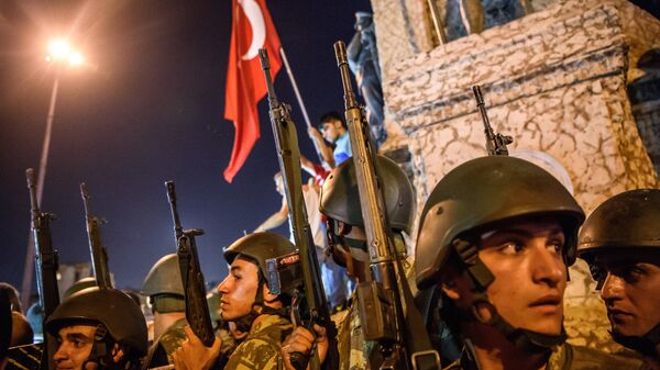 Турецкие военнослужащие во время протеста против военного переворота на площади Таксим в Стамбуле. 16 июля 2016