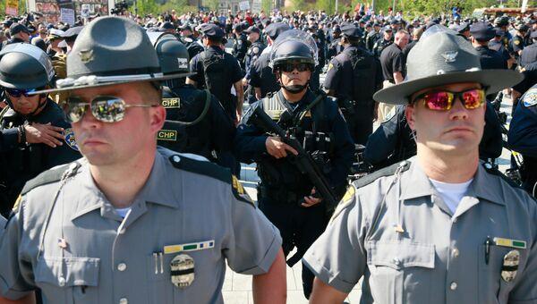 Сотрудники полиции во время акции протеста в Кливленде против полицейского произвола и расизма