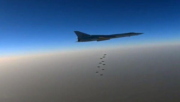 Дальний бомбардировщик ВКС РФ Ту-22м3 во время нанесения бомбовых авиаударов в Сирии