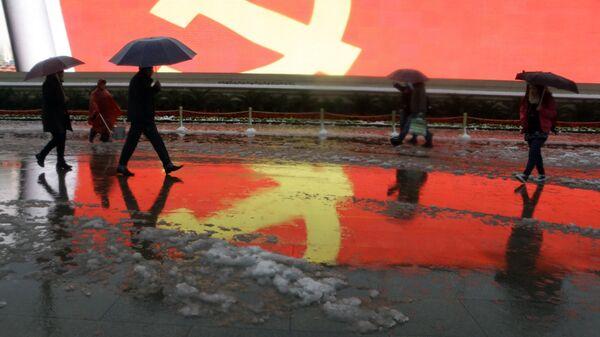 Флаг Коммунистической партии Китая на площади Тяньаньмэнь в Пекина, КНР