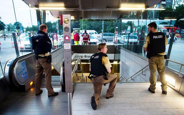 Полиция на станции метро у торгового центра в Мюнхене, где произошла стрельба. 22 июля 2016